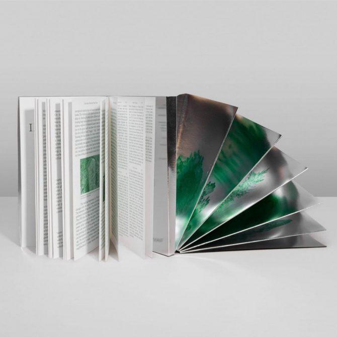 """Impressão offset premium do livro """"A Garden at night"""". Acabamento: Plasticização espelhada 01"""