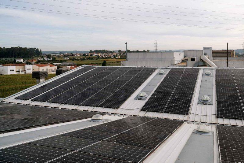 Instalação de painéis fotovoltaicos nas instalações da sede da Maiadouro na cidade do Porto.