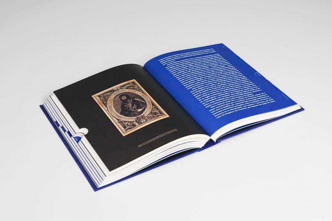 """Impressão offset premium do livro """"Bragança"""". Acabamento especial: Corte em índice 02"""