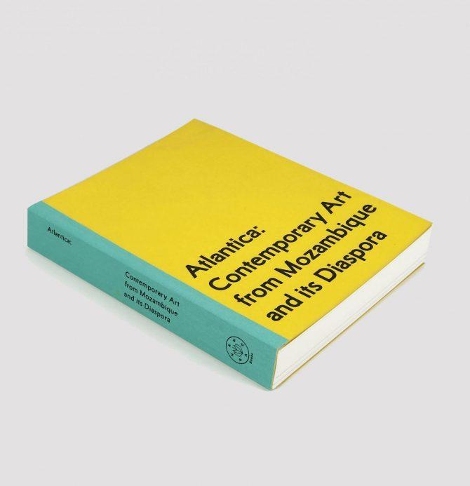 """Impressão offset premium do livro """"Atlântica: Contemporary Art from Mozambique"""" 01"""