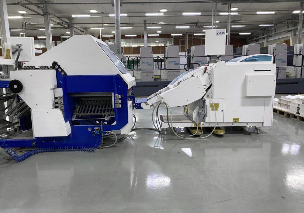 Máquina de dobrar na secção de acabamentos gráficos na Maiadouro